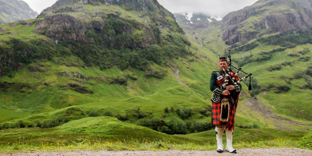 Scottish_Bagpiper_at_Glen_Coe,_Scotland_-_Diliff