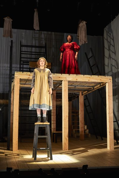 JANE EYRE: Nadia Clifford (Jane Eyre) Melanie Marshall (Bertha Mason), National Theatre. Photo by Brinkhoff/Mögenburg.