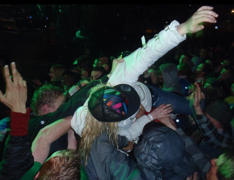 Snowbombing, me crowd surfing