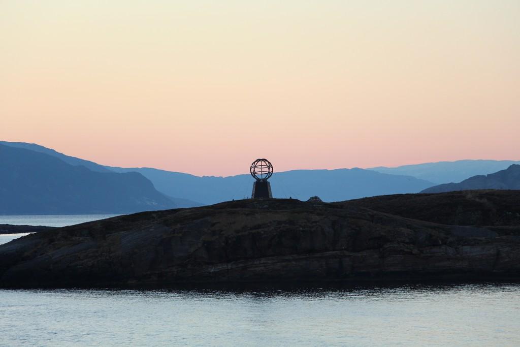 Durch die dunkle Nacht erwartet uns ein Sonnenaufgang am Polarkreis. Ein Höhepunkt der Reise!